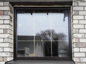 коричневые пластиковые окна с золотыми шпросами