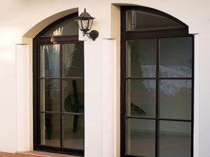 полуарочные окна со шпроссами